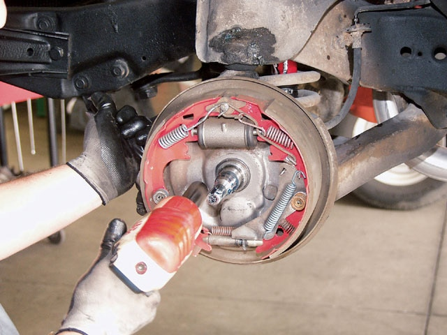 Sucp_0407_03_z Musce_car_baer_brakes Stock_brake_removal