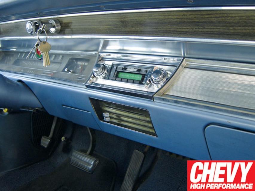 0908chp_01_z 1967_chevy_chevelle_custom_autosound_stereo_install  restored_dashboard
